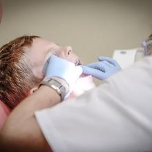 nadwrażliwe sensorycznie dziecko u dentysty