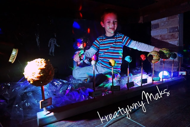 Zabawy tematyczno-sensoryczne pod stołem - Kosmiczna podróż
